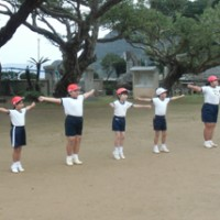 薩川小児童が続ける授業開始前のラジオ体操=14日、瀬戸内町薩川の同小校庭(提供写真)