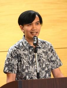 最優秀賞を受賞したインドネシア出身のデリー・プルマナさん=22日、奄美市名瀬