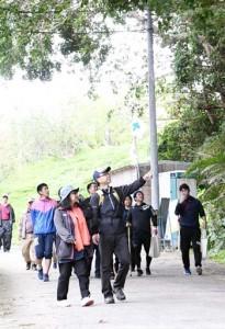 トレイルコースを歩くイベント参加者=23日、伊仙町面縄
