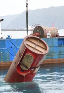 灯台本体の引き揚げ作業=5日、奄美市名瀬港西防波堤付近