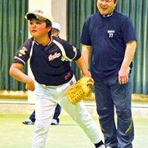 与論町で子どもたちを対象に野球教室を開いた真中満さん=5日、同町