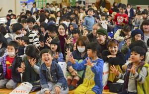 幼児らがリズム遊びなどを楽しんだ新一年生のつどい=10日、朝日小学校体育館