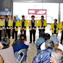 バレイショ出発式で高値取引を願い、テープカットする関係者=9日、和泊町