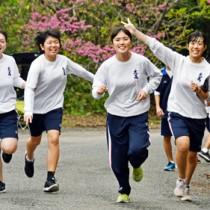 思い思いのペースでゴールを目指す大島高の生徒たち=8日、奄美市