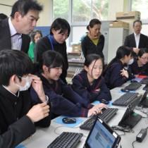 AIロボットの動作をプログラミングする秋徳小中の児童生徒ら=27日、瀬戸内町