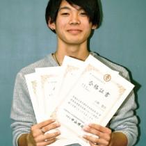 全商検定4部門で1級合格の小野さん=27日、奄美市名瀬の県立奄美高校