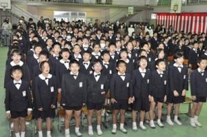 創立60周年記念式典で校歌を斉唱する児童ら=9日、奄美市名瀬の伊津部小