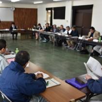 関係機関が希少野生生物の保護に関する取り組みを報告した会合=14日、奄美市名瀬