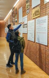 企画展「ブラジルと奄美・宇検村」を観覧する来場者=30日 横浜市中区のJICA横浜
