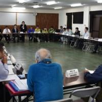 金作原国有林の利用規制について意見交換した関係者ら=26日、奄美市名瀬