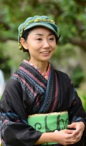 震災を免れた大島紬を着てこれまでの体験を振り返る渋谷陽子さん=11日、奄美市