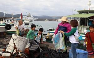 瀬戸内町のスポーツ少年団連絡協議会7団体は23日、古仁屋漁港周辺の清掃活動を行い、町の環境美化に一役買った