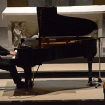 恩返しの卒業コンサートで演奏を披露する松元陸さん=23日、奄美市名瀬のカトリック名瀬聖心教会