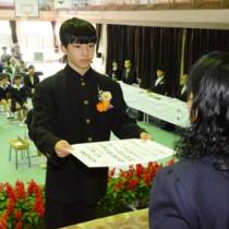 卒業証書を受け取った名柄中の黒川優心さん=13日、宇検村