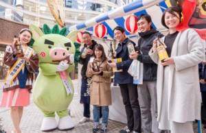 2017年度ミス奄美黒糖焼酎の宮原加代子さんもイベントをサポート。多くの来場者の笑顔があふれた黒糖焼酎コーナー=2日、東京・日比谷ゴジラスクエア