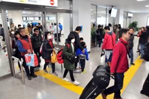 2018年も入り込み・入域客が過去最多を更新した奄美群島=18年12月、奄美市笠利町の奄美空港