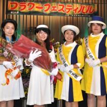 新たに観光大使の委嘱を受けた(左から)小谷優さんと伊集院彩希さん=17日、和泊町