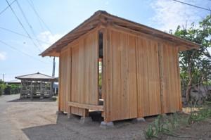 再建されたトネヤ(手前)。奥にはアシャゲが見える=2月28日、須子茂集落