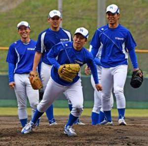 春季キャンプスタート。練習に汗を流すス七十七銀行野球部=8日、名瀬運動公園市民球場