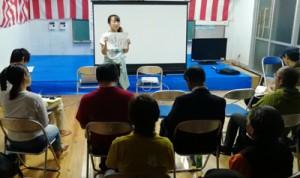 地域住民を招いた報告会で、島で学んだことや感じたことを発表する受講生=2月27日、与論町の那間公民館