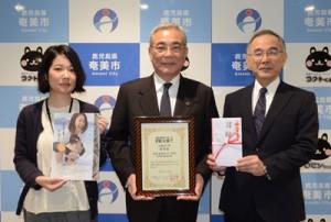 「B&G PR大賞」優秀賞を報告する朝山毅市長(中央)、酒井さん(左)