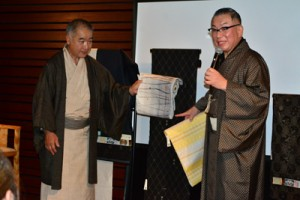 大島紬のコーディネートも披露した岩下尚史さん(右)=21日、時事通信ホール