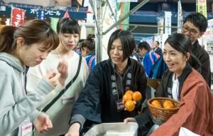 タンカンの試食販売と観光PRを展開した奄美市のブース