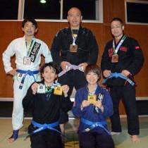 入賞した奄美ブラジリアン柔術クラブの5選手。(前列右から)岡本さん、夏目さん。(後列同)福崎さん、碇山さん、横山さん=7日、旧大島工業高武道場