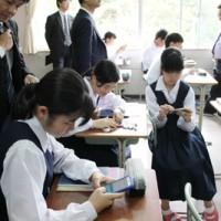 クラッシーを使ったスマホ学習に取り組む県立大島高校の生徒=2018年11月、奄美