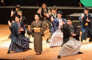 ダンスや島唄を盛り込んだステージで観客を魅了した島口ミュージカル「結―MUSUBI―」=21日、奄美市名瀬