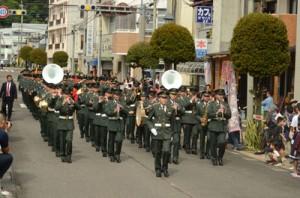 瀬戸内町古仁屋市街地で分屯地開設を記念したパレードを行う陸自隊員たち=30日
