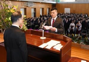 卒業生を代表し、将来の目標を誓う和泊町出身の伊東隆宏さん=14日、日置市の県立農業大学校