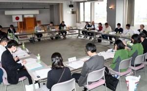 奄美群島国立公園奄美大島地域及び徳之島地域管理運営計画の素案を協議した検討会=15日、天城町役場