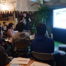 東京での活動を紹介するウブドベの岡勇樹代表理事=1日、龍郷町の万寿果