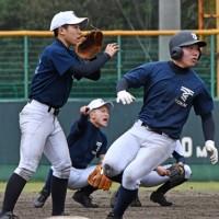 連係プレーに汗を流す東海大付属札幌高校野球部の部員たち=24日、奄美市の名瀬運動公園市民球場