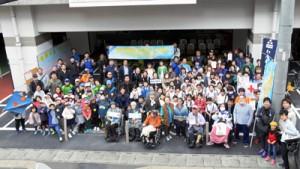 共生社会の構築に向けた思いを共有した奄美共生プロジェクト参加者=9日、奄美市役所前