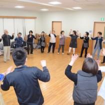 AiAiひろばで八月踊りの練習をするあらしゃげ会のメンバー=17日、奄美市名瀬