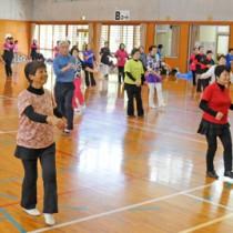 レクダンスの作品発表会を楽しむ参加者=17日、龍郷町りゅうゆう館