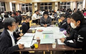 新たな総合振興計画策定に向けて約100人が参加し、専門部会別に協議を始めた「みんなの会議」=8日、和泊町