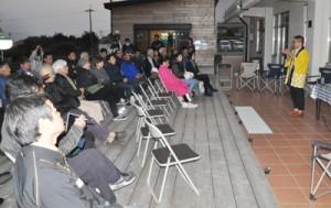 沖永良部島の観光振興について意見交換したテラスみらいフォーラム=12日、知名町のエラブココ屋外テラス