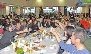 乾杯し、ジョギング大会の健闘を誓い合うウェルカムパーティ参加者=16日、和泊町