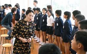 美しい日本語の話し方を指導した劇団四季の出前授業=13日、伊仙町の面縄小学校