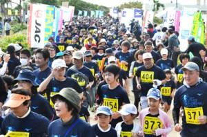 花の島沖えらぶジョギング大会で一斉にスタートする3㌔の参加者=17日、和泊町