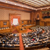 改正奄振法案の全会一致で可決した参院本会議=29日