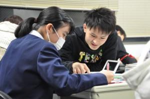 大学生と高校生が親身になって指導に当たった「島スタ100円塾」=2月23日、奄美市名瀬