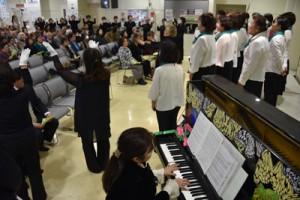 歌に乗せて被災地への祈りをささげた参加者=11日午後2時50分ごろ、奄美市名瀬