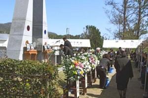 遺族や自衛隊員、地元の関係者が参列して4人の冥福を祈った十三回忌慰霊祭=16日、徳之島町山
