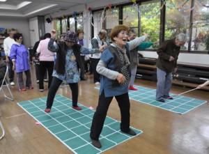 「てくてく体操」で頭と体を鍛える参加者=29日、龍郷町赤尾木