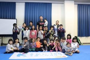 プロジェクトに参加した子どもたちと岩下さん=9日、喜界町体育館