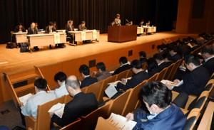 国の担当者が特定技能の概要などを示した説明会=20日、鹿児島市